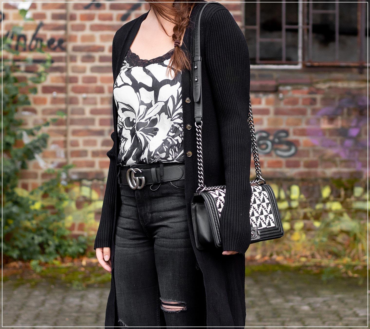 Satin-Top mit Ripped Jeans und Longcardigan im Herbst kombinieren