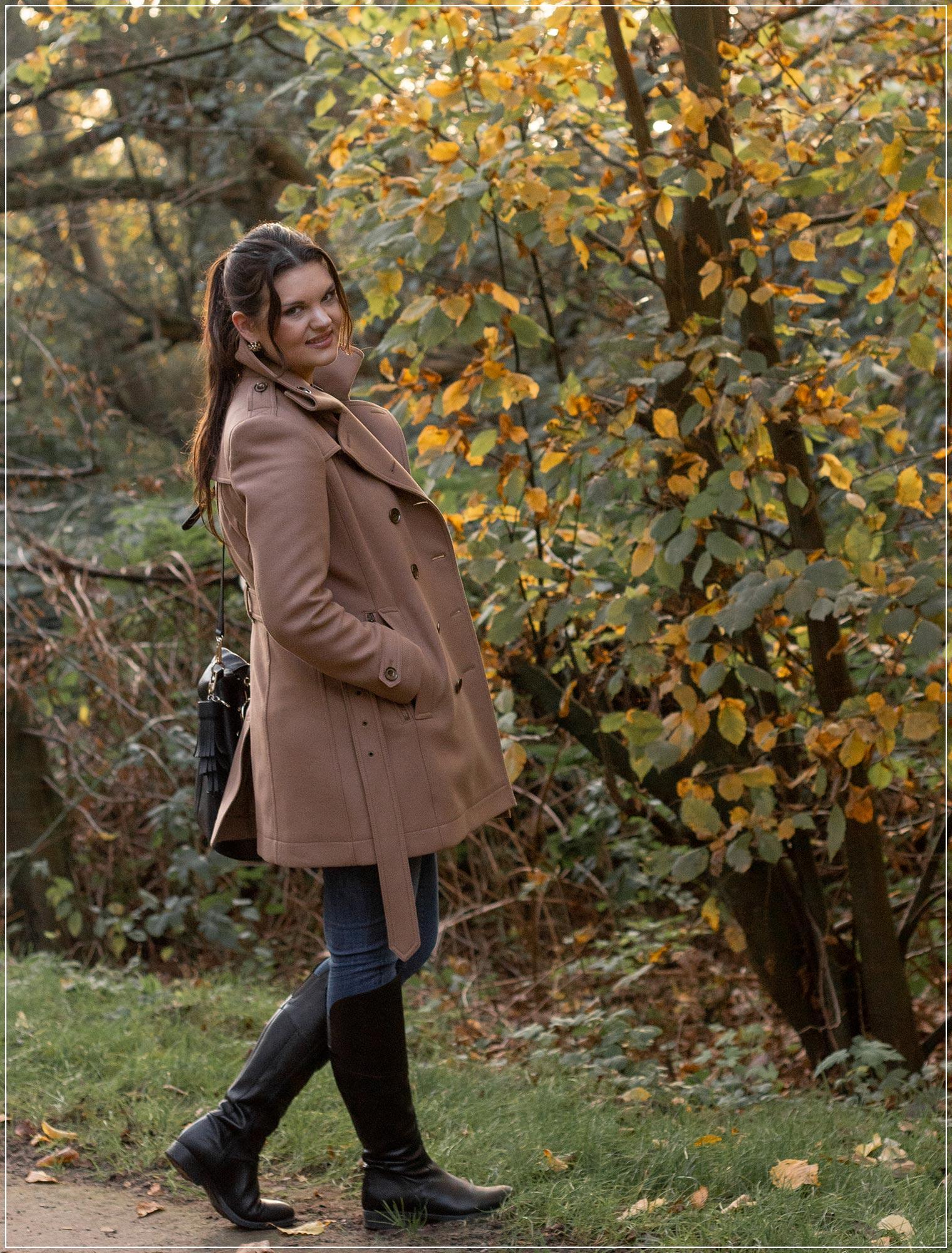 Winteroutfit aus Wollmantel und Jeans
