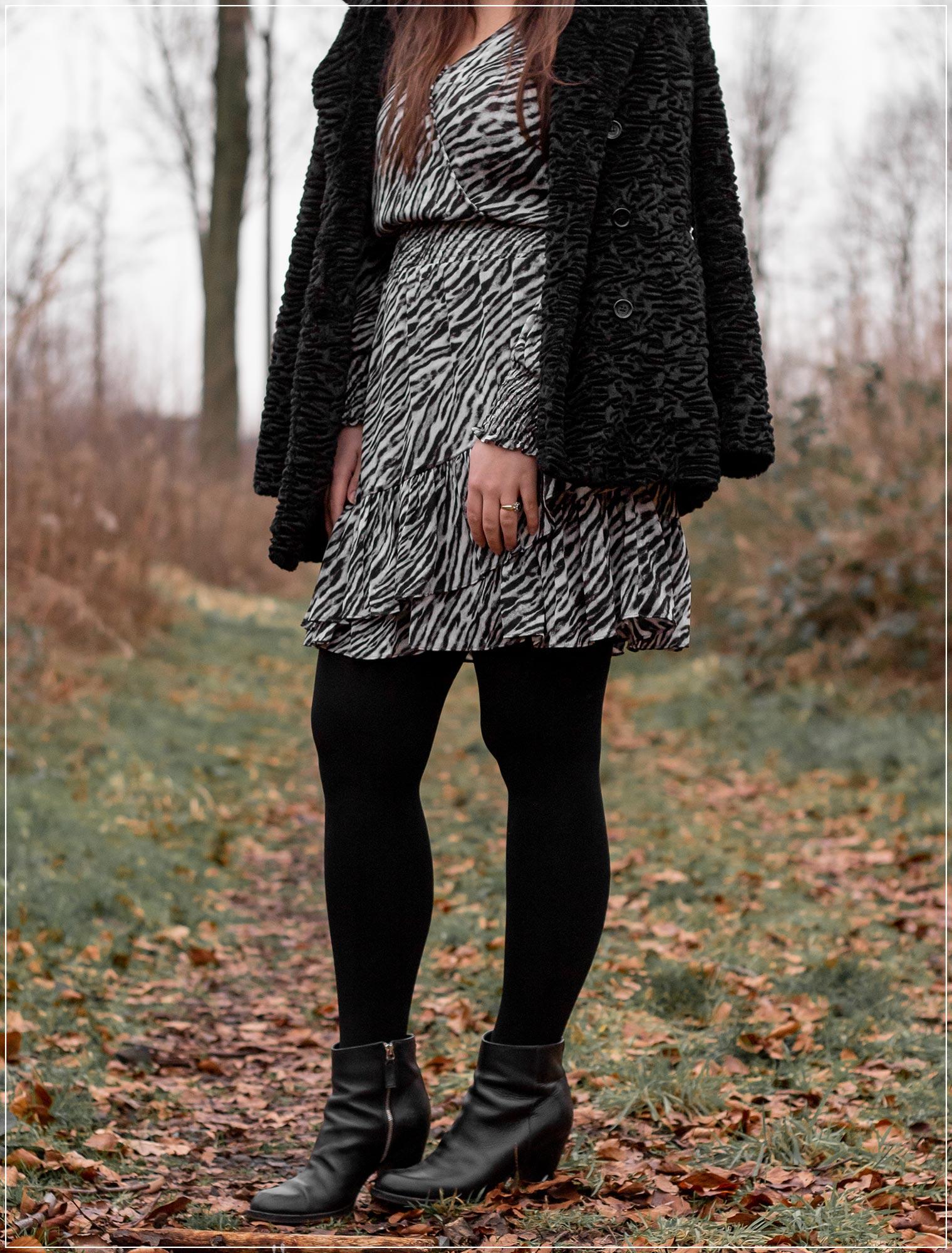 Fake Fur mit Animal-Print und Boots kombinieren
