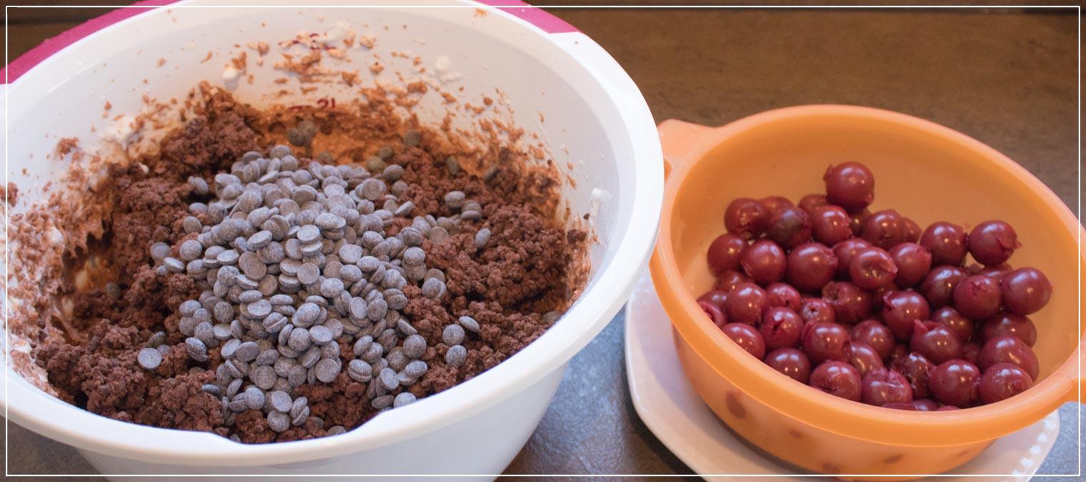 Schokoladenkuchen mit zwei Sorten Schokoladen und Kirschen