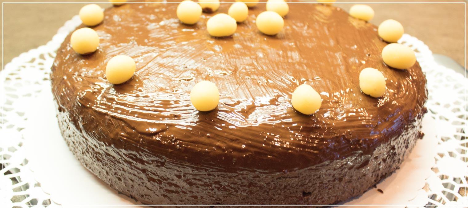 Rezept fuer Schokoladenkuchen mit Kirschfuellung