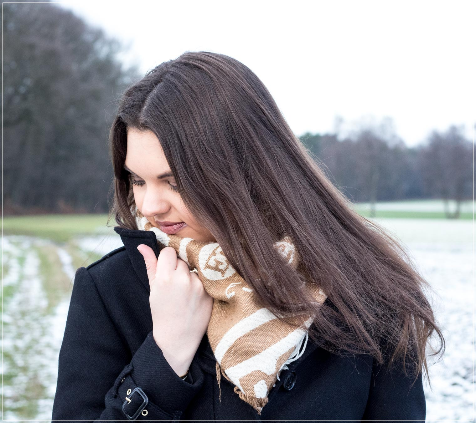 Oversized Schal kombiniert als klassischer Winterlook zum Wollmantel