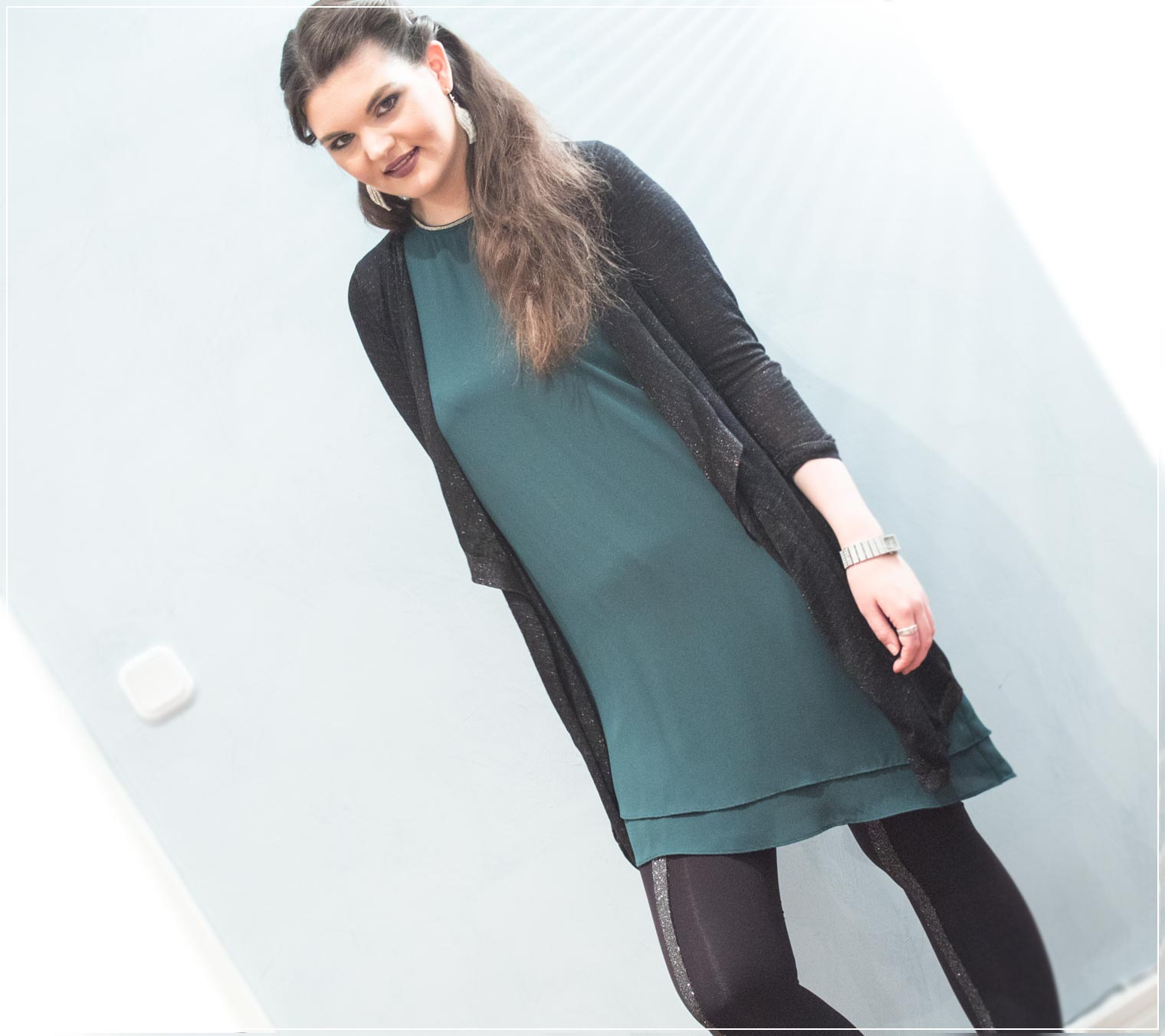 seidiges Kleid mit glitzernder Strickjacke