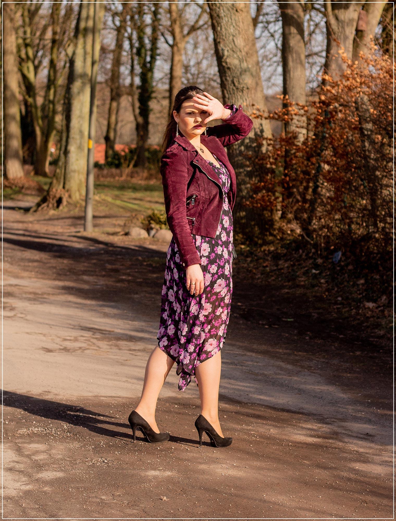 Outfitinspiration fuer den Fruehling aus Minikleid und Lederjacke