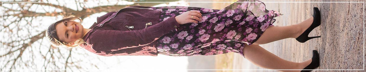 Blumiger Frühlingslook in lila aus Midikleid mit Blumenprint und Wildlederjacke