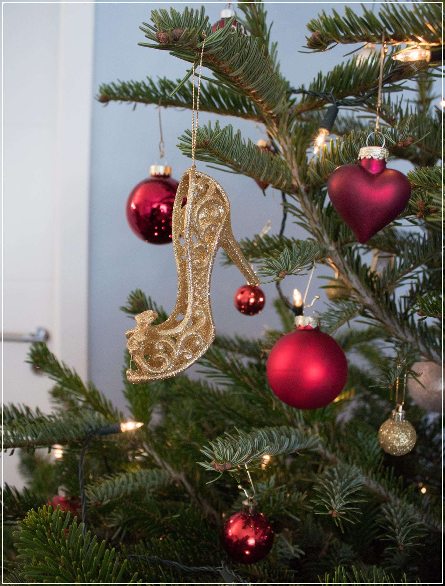 Weihnachtsbaum Inspiration mit Disney Kugeln und High Heels